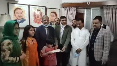 Photo of শফিউল বারী বাবুর পরিবারকে আর্থিক সহায়তা প্রদান
